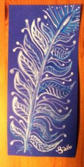 Blaue und weiße Tinte mit Pinsel gemalt auf blauem Tonkarton