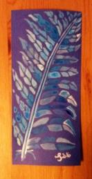 Blaue und weiße Tinte mit Pinsel auf blauem Tonkarton